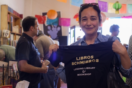 Member-supporter with a Libros Schmibros logo t-shirt premium thank you gift - Libros Schmibros Aniversario 2013