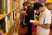 Member-supporters selecting and reading their premium thank you gifts - Libros Schmibros Aniversario 2013